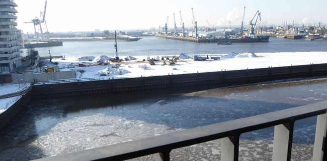 Bild: Blick vom Balkon auf die Elbe