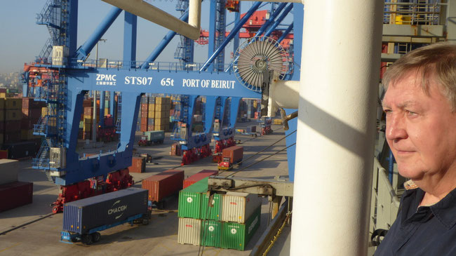 Bild: Container werden entladen.