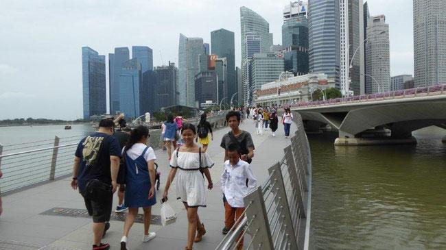 Bild: Blick von einer Fußgängerbrücke  auf die Hochhäuser in Singapur