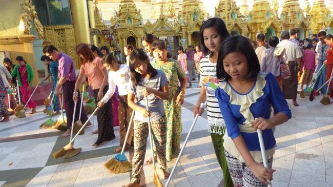 Bild: Reinigung des Bodens der Shwedagon Pagode in Myanmar mit Besen