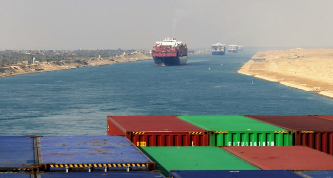 Bild: Fahrt durch den Suezkanal