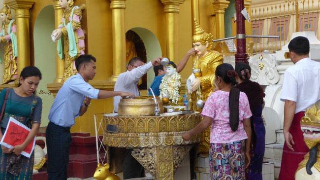 Bild: Zeremonien der Gläubigen vor der Shwedagon Pagode