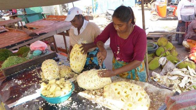 Bild: Straßenverkaufsstand in Sri Lanka. Die Yamswurzeln werden portioniert.