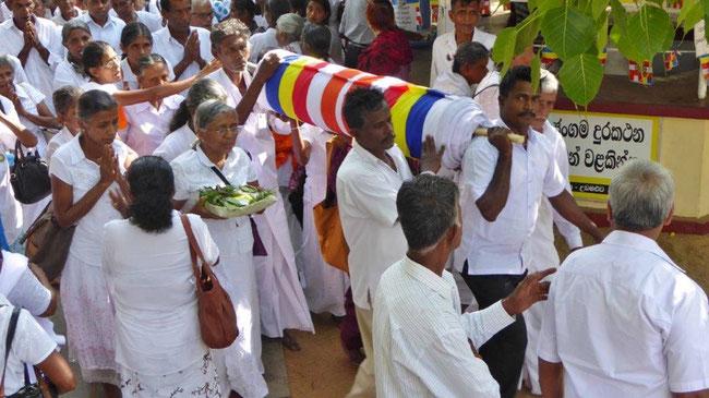 Bild: Opfergaben im Tempel von Anuradhapura