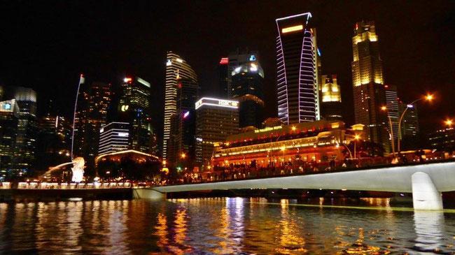 Bild: Silhouette Singapurs vom Boot aus bei Nacht