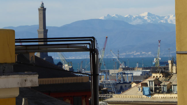 Bild: Blick auf die schneebedeckten Westalpen von Genua aus