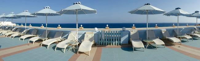 Bild: Panoramabild Liegestühle am Pool