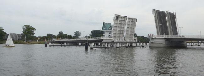 Bild: Die mächtige Klappbrücke verbindet die beiden Ufer der Schlei