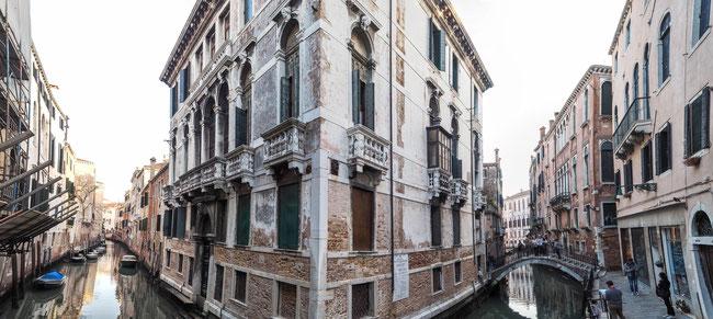 Bild: In der Altstadt von Venedig: Zwei Wasserstraßen gabeln sich.