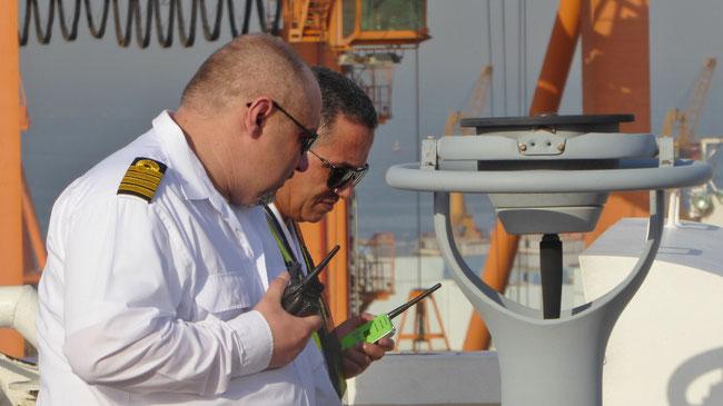 """Bild: Kapitän mit Lotsen auf dem Containerschiff beim """"Einparken"""""""