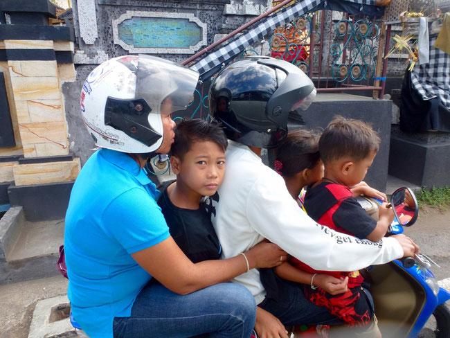 Bild: Familie auf dem Motorrad