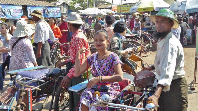 Bild: Im Dorf Dala bei Mandala in Myanmar zeigt mir eine junge Myanmarin die Sehenswürdigkeiten