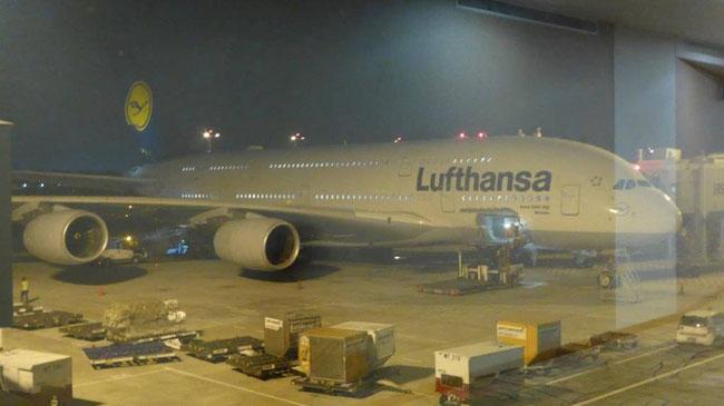 Bild: Die Lufthansamaschine des A380 nach Frankfurt steht bereit.