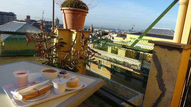 Bild: Frühstück über den Dächern von Genua
