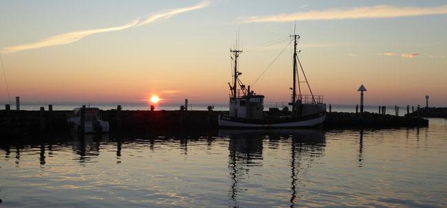 Bild: Sonnenuntergang am Hafen von Timmendorf auf der Insel Pole