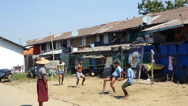 Bild: Jungen spielen Fußball in einem Dorf bei Mandala in Myanmar
