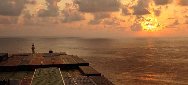 Bild: Sonnenuntergang auf unserem Segelschiff von Dubai nach Indien