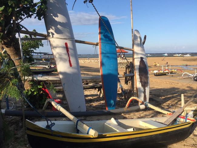 Bild: Surfbretter und Paddelboot am Strand von Sanur auf Bali