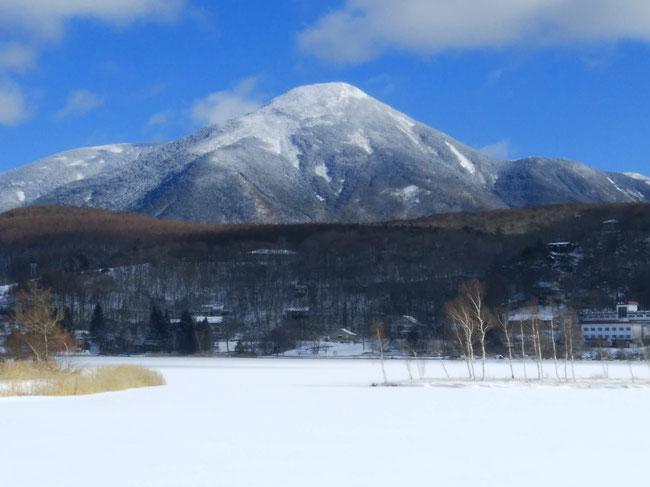 白樺湖から蓼科山を望む