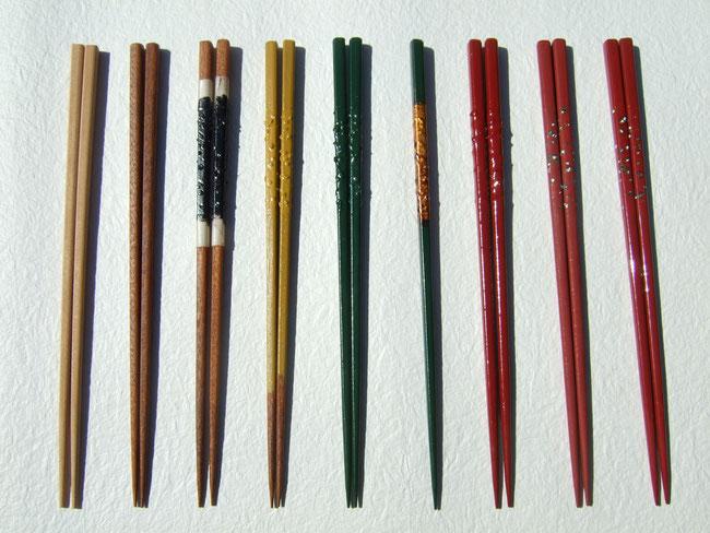 江戸時代にできた漆芸技法で卵殻や貝を使い、デザインします。塗りのあとに、柄を研ぎ出して、丁寧にみがきあげ艶をだします。
