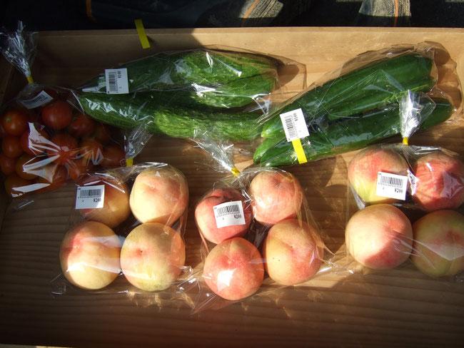 きゅうりにミニトマトに桃!値札をつけて産直に!
