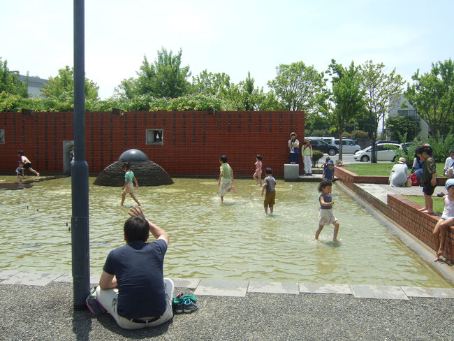 快晴で、めまいがするほど。子供たちが水浴び。楽しそう。