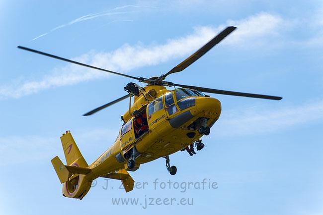 Een strak blauwe lucht laat de knal gele Search en Rescue helikopter mooi afsteken tijdens Sar Katwijk in juli. Voor een uitgebreide reportage kun je verder kijken op deze site.