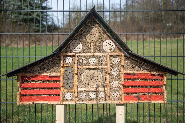 Insektenhotel in Sondergröße mit Schieferdach, aufgestellt in Berg. Gladbach