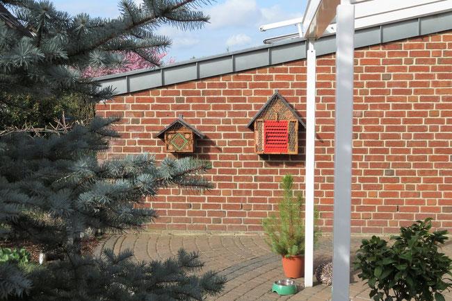 2 Insektenhotels an einer Hauswand in Leverkusen