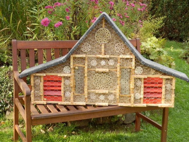 ca. 72x120x18cm / kombinierte Wildbienenbrutstätte u. Überwinterhilfe für Schmetterlinge, Marienkäfer sowie Florfliegen