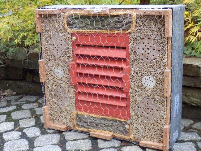 SO 1 / ist vorrätig /  kombinierte Wildbienenbrutstätte u. Überwinterhilfe für Schmetterlinge, Marienkäfer sowie Florfliegen                       63x50x18cm € 235,00 / verkauft
