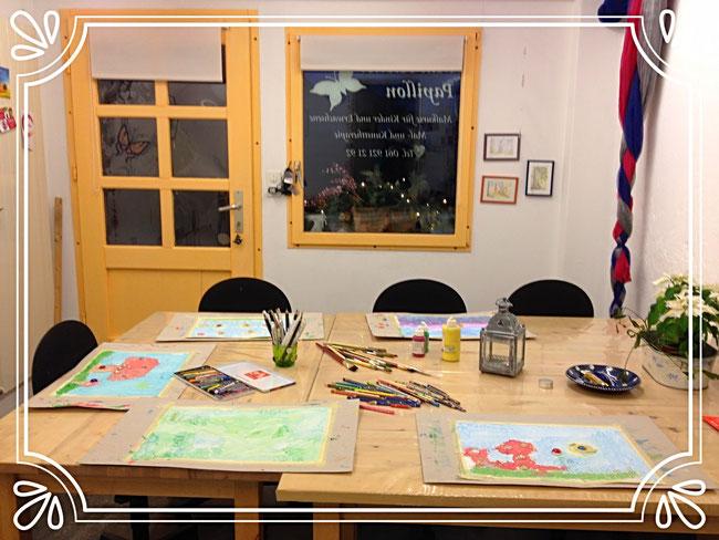gemütlicher Atelierraum mit Zeichnungstisch