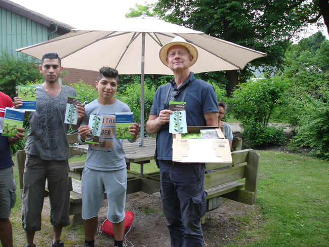 young Refujis from Syria with mals of Reginalpark Wedeler Au at Schaeferhof Appen