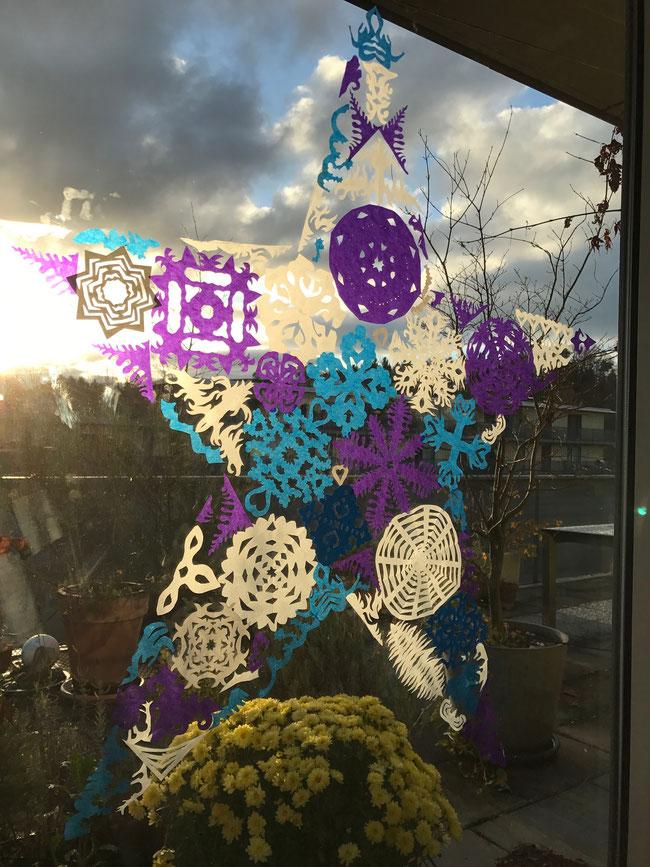 5 Köpfe entwerfen einen Stern für unser Fenster