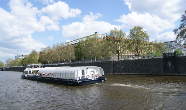 Das Fahrgastschiff Bohemia Rhapsody auf der Moldau in Prag (Quelle Wikipedia Urheber: Asurnipal)