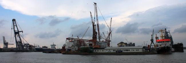 19. April in Bremerhaven, Lloyd Werft: das 1. Bein (Bildmitte) der Aeolus wurde vom weltweit stärksten Mobilkran der Welt  eingebaut .