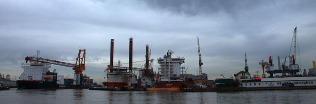 """Februar 2014 in Bremerhaven, die Offshore-Windanlagen-Errichterschiffe """"Aeolus"""" (ganz links) und """"Bold Tern"""" (links) bei der Lloyd Werft,  die Hubinsel """"Thor"""" (ganz rechts) lädt am Offshore Terminal (Foto Dr. Hochhaus)"""