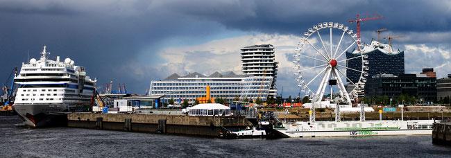 """Die LNG-Barge """"Hummel"""" rechts versorgt die Aidamar ganz links) im Hamburger Hafen mit Strom"""