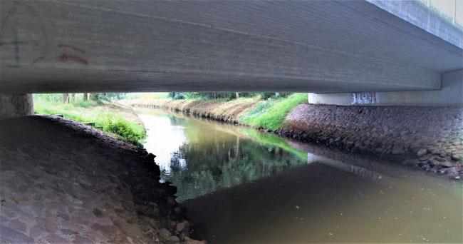 Brücke mit Uferstreifen