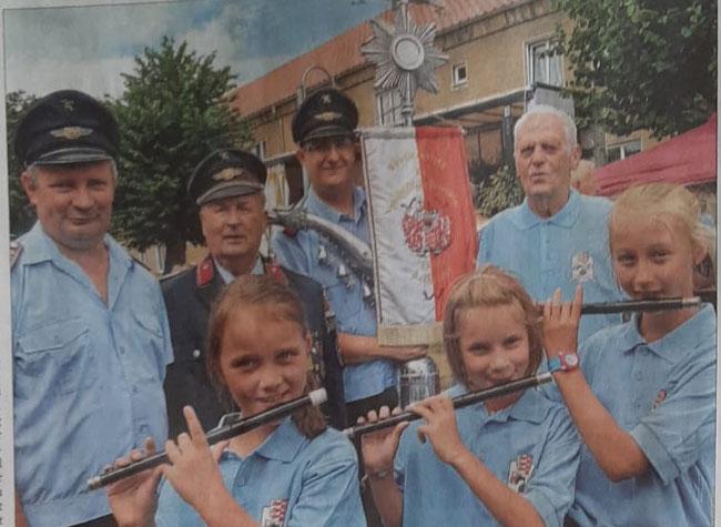 Die Jüngsten Mitglieder im Spielmannszug Cochstedt spielen Flöte(v.l.); Finja Dubiel, Laura Scheller, Milla Muchau, Walter Göhre (rechts) zählt zu den Gründungsmitgliedern. Joachim Scheller(2.v.l.) war 50 Jahre Stabführer. Heute ist das Ingolf Scheller