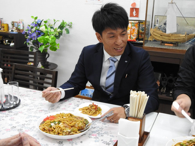 これから食べようとする佐藤理事長