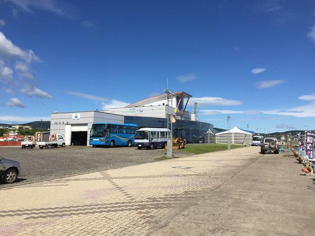 みなとオアシスもんべつを構成する主たる施設である「海洋交流館」。1年をとおして流氷砕氷船「ガリンコ号Ⅱ」が発着するターミナル。施設内には、観光案内所やお土産、飲食店がある。