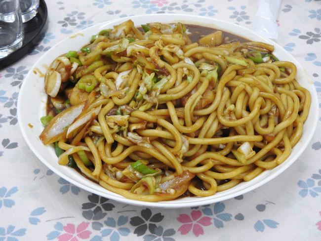 門外不出の味噌だれ、北海道産小麦を使用したうどん、紋別産ホタテ、野菜を使用。