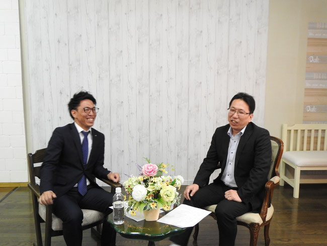 1時間に及ぶ対談が終わり、緊張から解放された守口代表(右)と佐藤理事長(左)