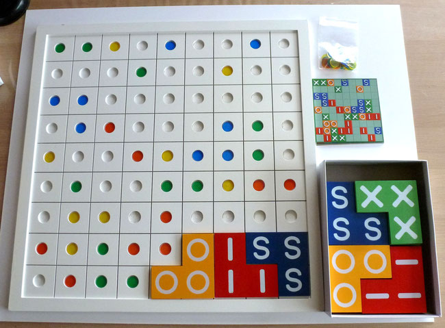 Quel plaisir de jouer sur ce LIXSO surdimensionné. Il suffit de reproduire la grille sélectionnée avec les pastilles qu'on place dans les alvéoles et c'est parti! Chaque tuile fait 14 x 14 cm!