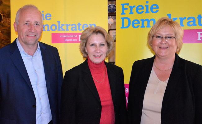 """Anita Klahn, MdL und Direktkandidatin für den Wahlkreis Stormarn Nord:""""Ich werde mich dafür einsetzen, dass die Taktung der Regionalexpress-Züge zwischen Lübeck und Hamburg verbessert wird."""" Links:Dr. Wieland Schinnenburg, rechts: Julia L. Winkelmann"""