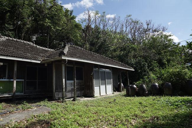 旧山川邸。昔使っていた古酒甕から歴史を感じる。