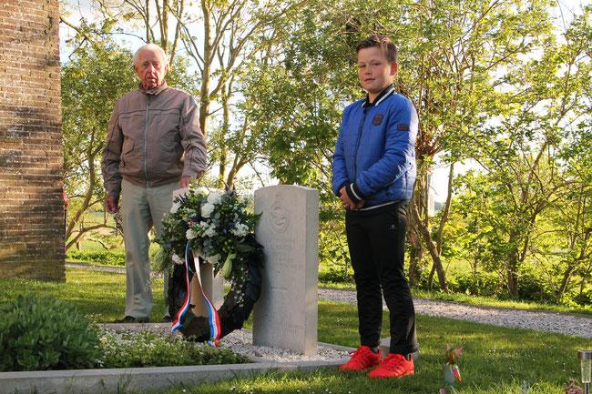 Durk Vellema en Hisse van der Velde bij de graven van de omgekomen vliegeniers
