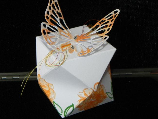 Mit filigranem Schmetterling...