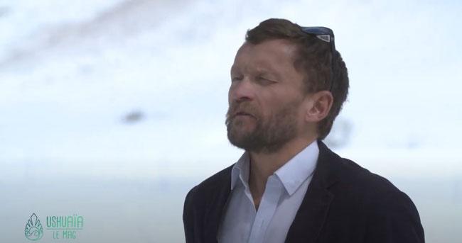 L'écrivain-voyageur - Sylvain Tesson      https://www.youtube.com/watch?v=qx-K3kjKVQo&ab_channel=Ushua%C3%AFaTV